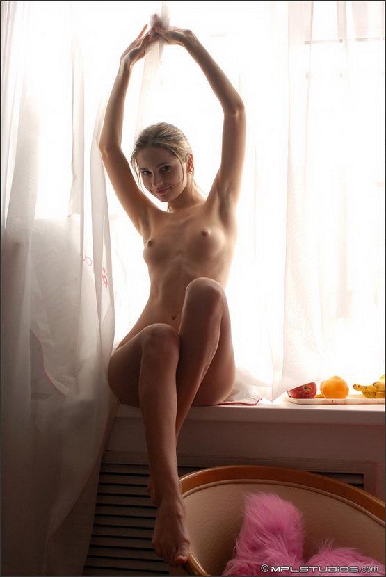 Эротические фотографии юной девушки позирующей с фруктами у окна
