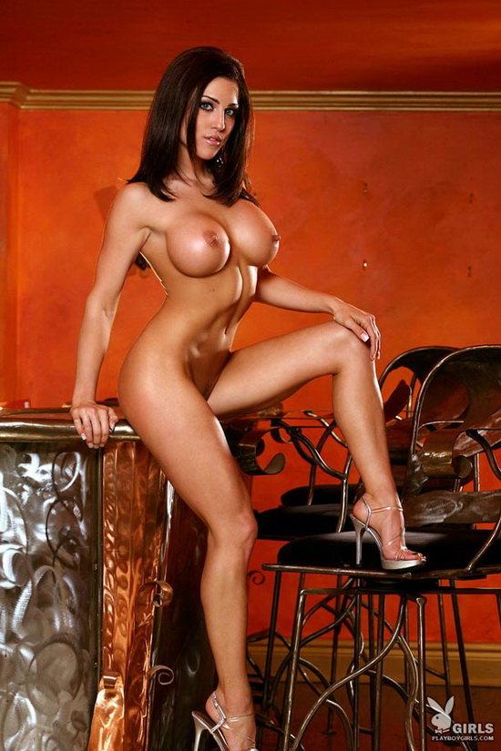 Шатенка с большой грудью на красном фоне