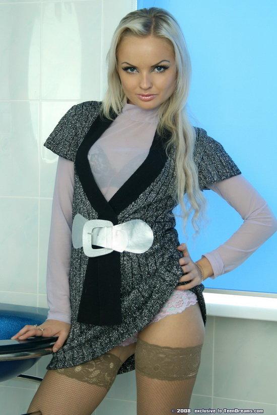 Эротические фотографии блондинки в чулочках и сапожках в ванной комнате
