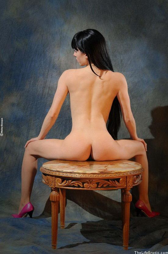 Эротическая фотосессия жгучей брюнетки