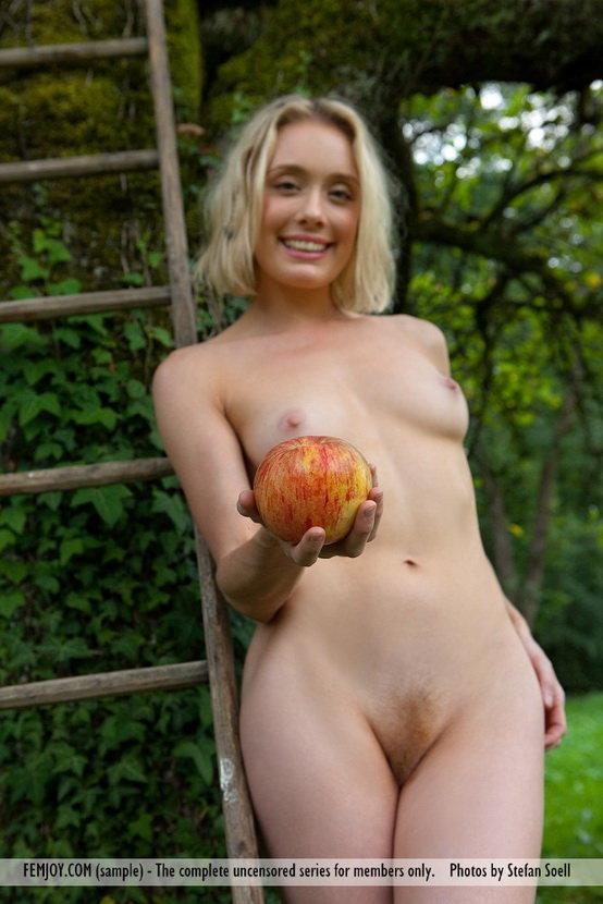 Фотосессия девушки на лужайке с яблоками