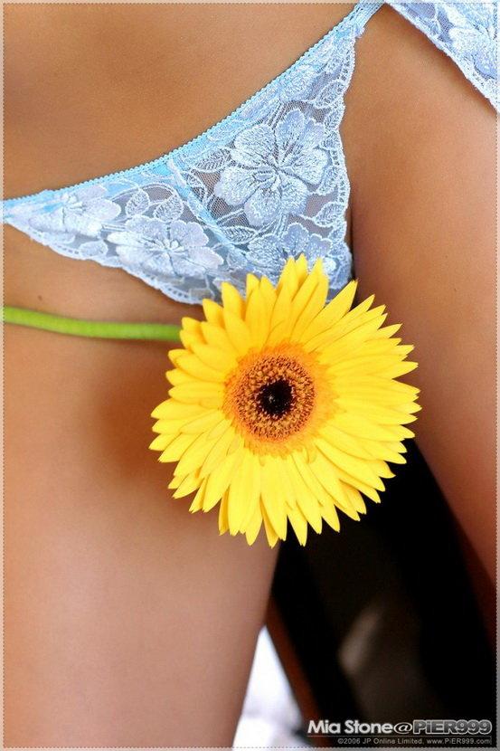 Эротические фотографии блондинки с цветком