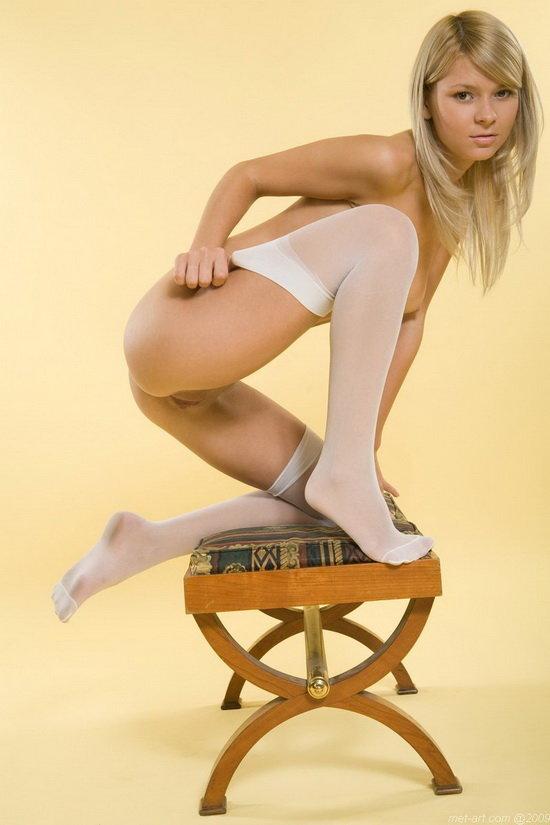 Эротические фотографии нежной юной блондиночки в белых чулочках