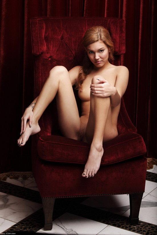 Фотосессия девушки на фоне тёмно-красных портьер