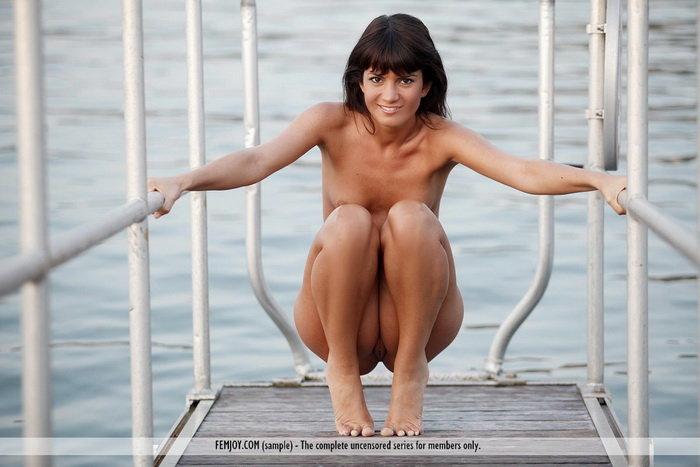 Эротические фотографии брюнетки на пристани