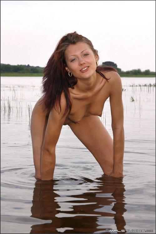 Эротические фотки красивой девушки, плещущейся в воде