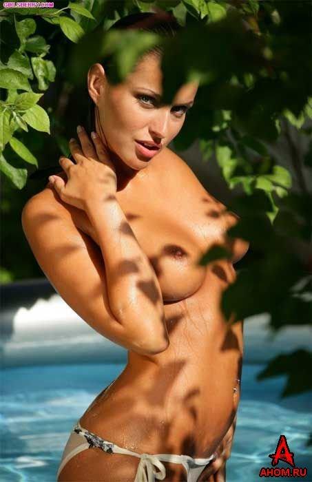 Эротический фотосет блондинки в райском бассейне