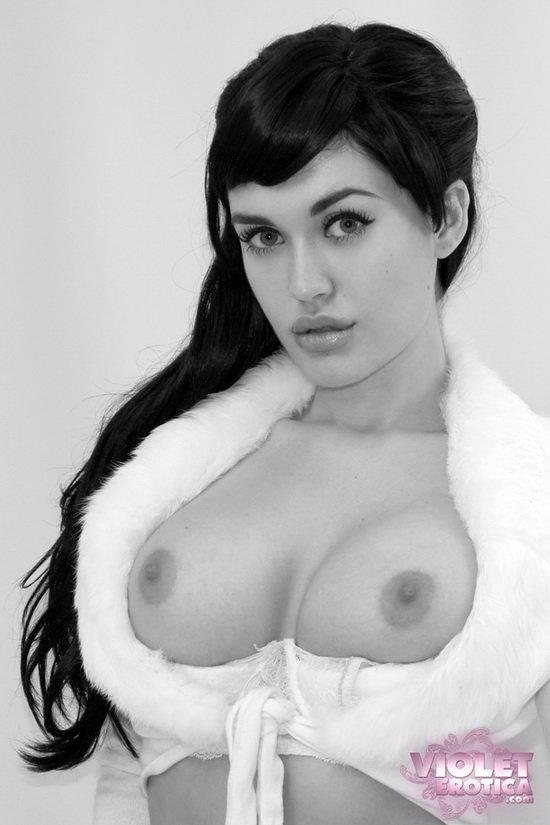 Чёрно-белая фотосессия красивой девушки в чулках.