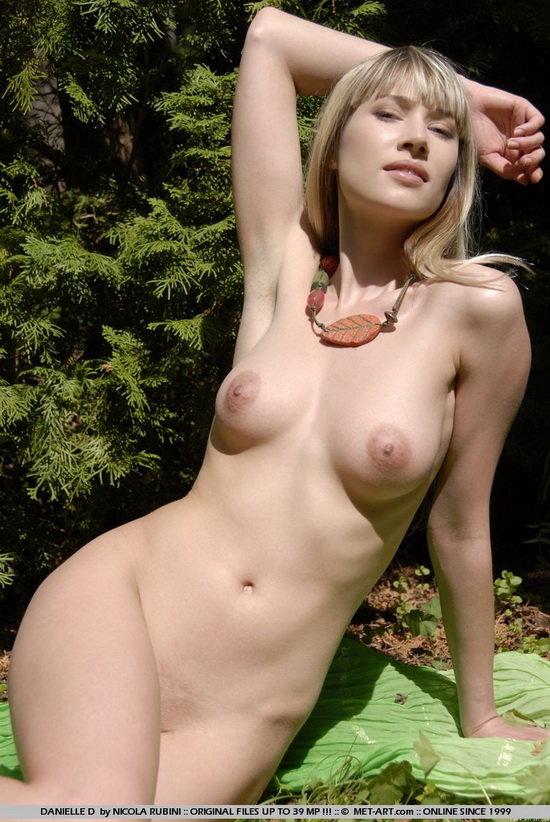 Эротические фотографии пепельной блондинки на природе
