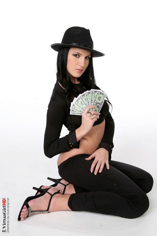 Эротические фотографии брюнетки в чёрной шляпе