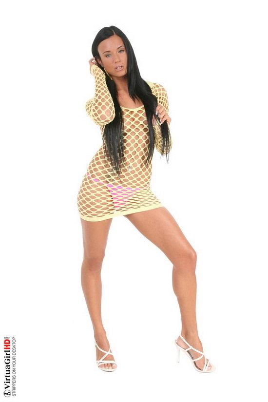 Эротические фотографии жгучей брюнетки в жёлтом сетчатом платье