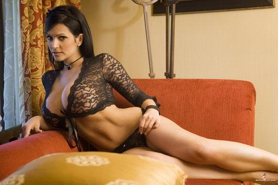 Эротический фотосет брюнетки на диванчике