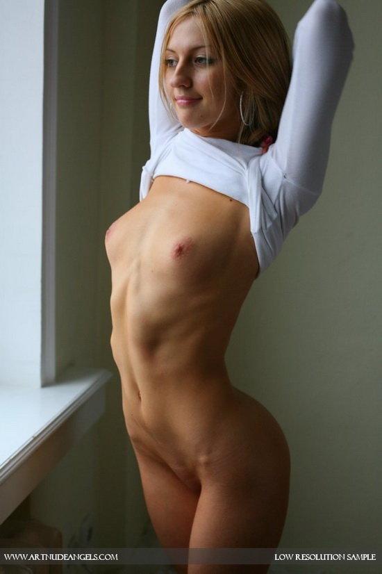 Эротическая фотогалерея молоденькой девушки, позирующей у окна