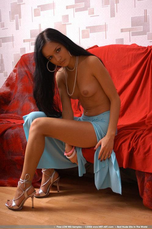 Эротическая галерея задумчивой брюнетки в бирюзовом платье
