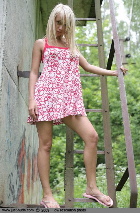 Эротическая фотогалерея красивой блондинки в сарафане