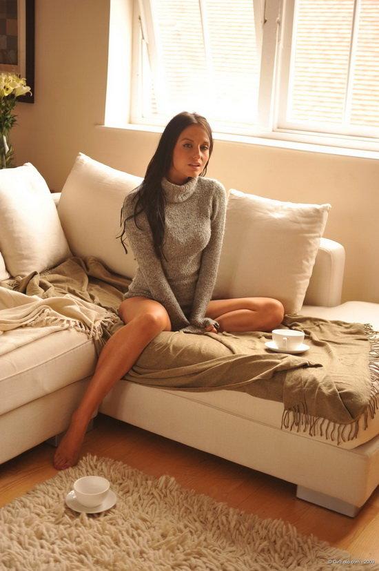 Эротическая галерея задумчивой брюнетки на диване