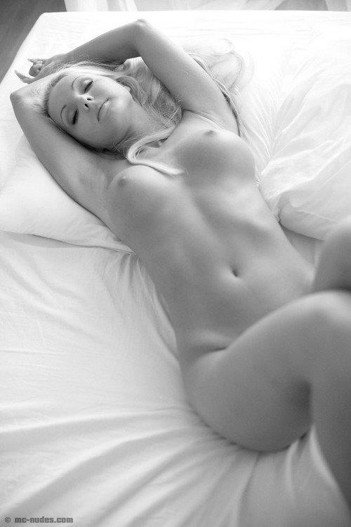 Чёрно-белые фотографии красивой блондинки