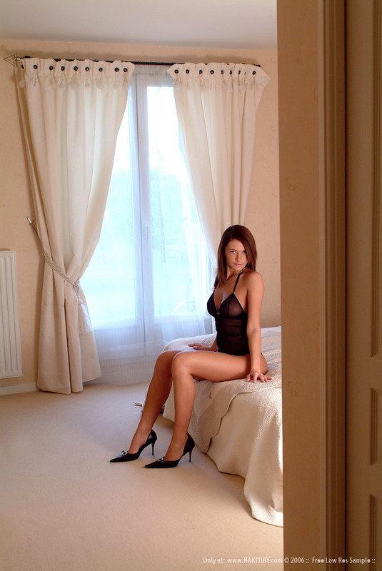 Эротические фотки брюнетки в черных туфлях и боди на кроватке
