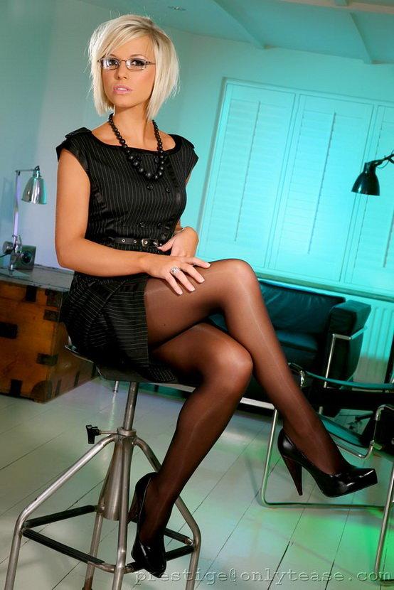 Эротические фотографии секретаря в очках и черном платье