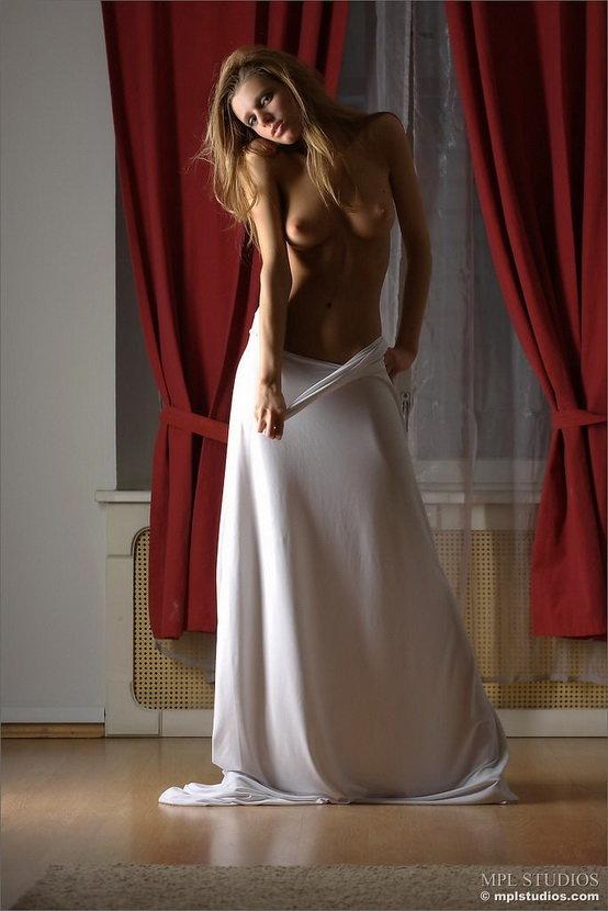Эротические фотографии красивой девушки с белой тканью
