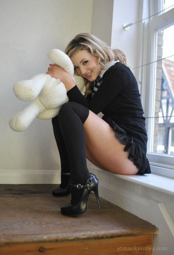 Эротические фотографии девушки в коротенькой юбочке, гольфиках, с игрушечным мишкой