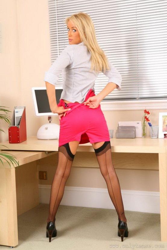 Эротические фотографии девушки-секретаря в розовой юбочке и чёрных чулках