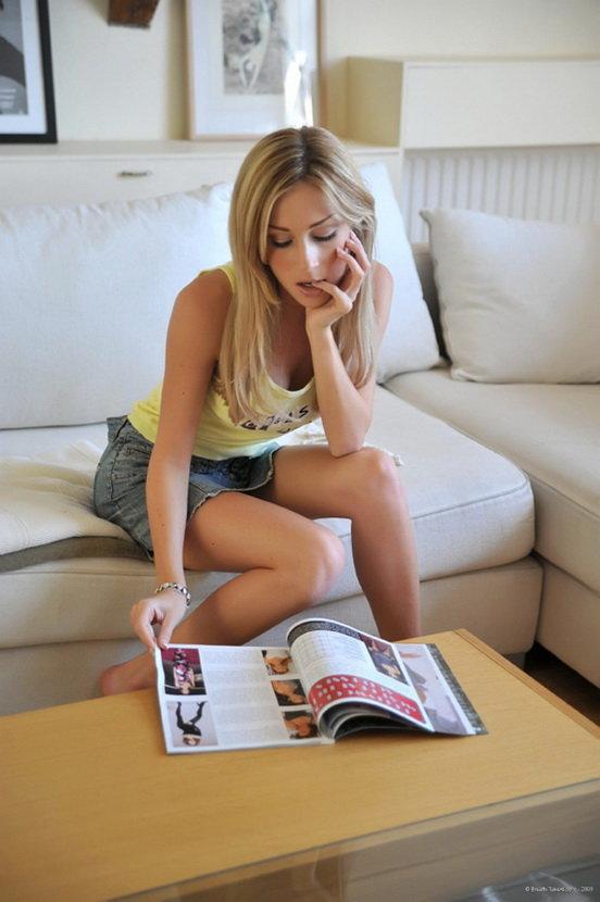 Эротические фотографии симпатичной молоденькой блондинки в топике и шортиках