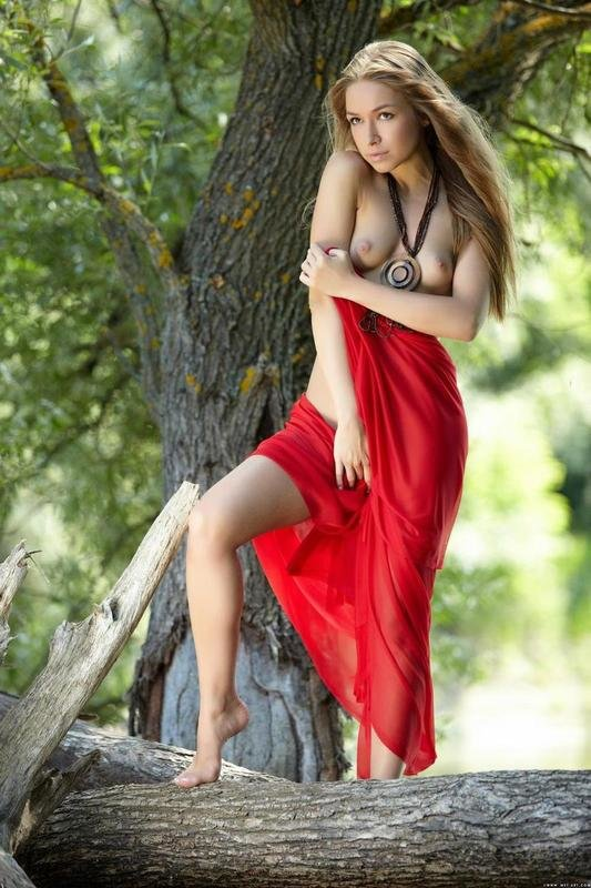 Эротические фотки красивой девушки с медальоном, сделанные в лесу. Некоторые фото сделаны в воде.