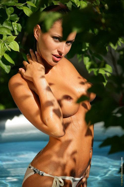 Эротические фотки брюнетки в белом купальнике, а потом и без, плещущейся в бассейне