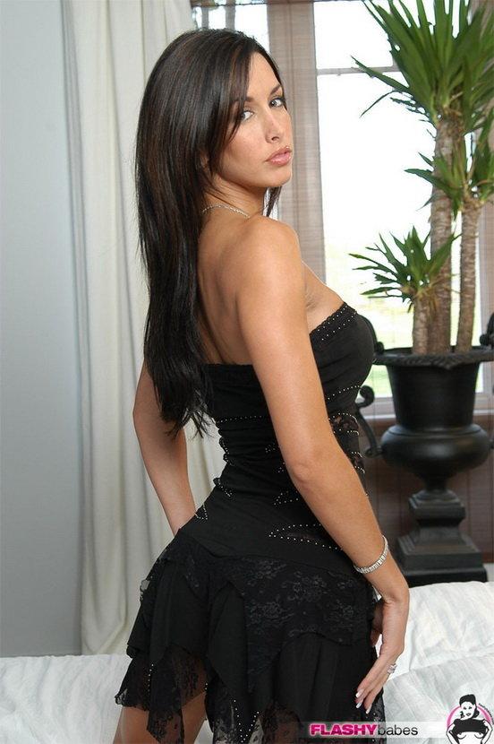 Эротические фотографии задумчивой брюнетки в черном платье и красивом белье