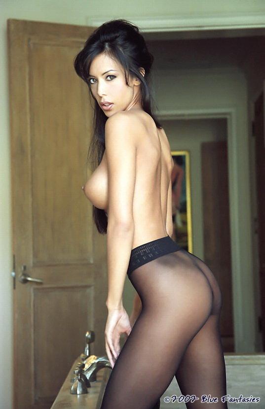 Роскошная брюнетка в сексуальных черных колготках