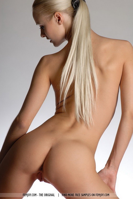Фотографии стройной блондинки в белой комнате