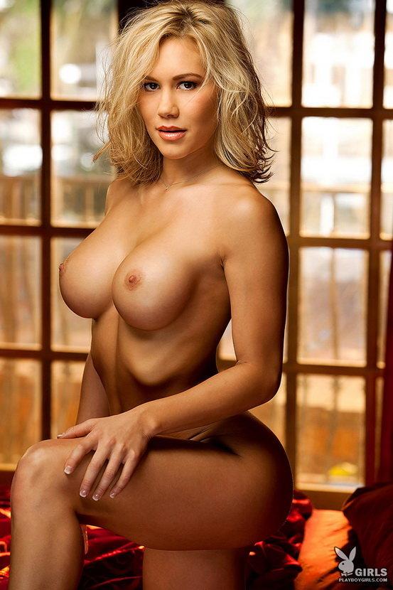 Эротические фото красивой блондинки с большой грудью, позирующей в постели