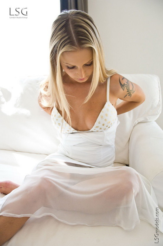 Эрофотки блондинки в белой маечке