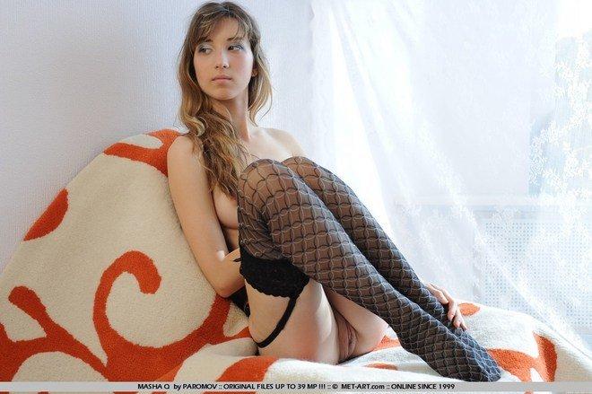 Эротические фотографии необычной, но красивой девушки в чулочкаъх