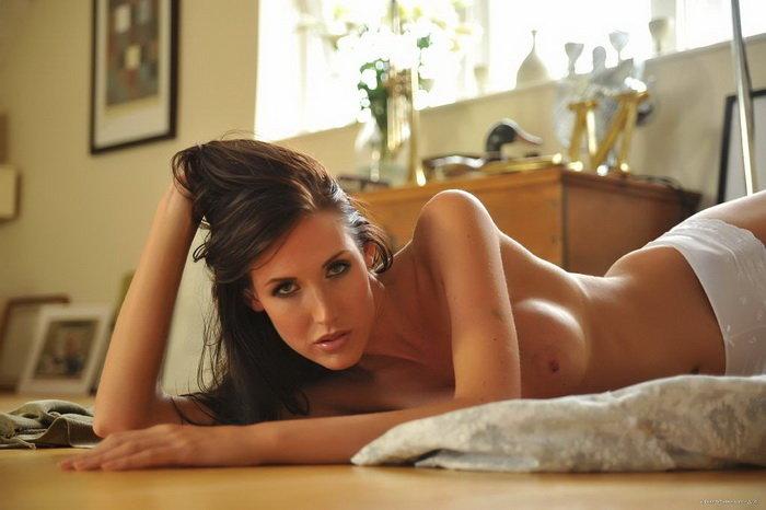 Фотогалерея: Задумчивая девушка крутится перед зеркалом