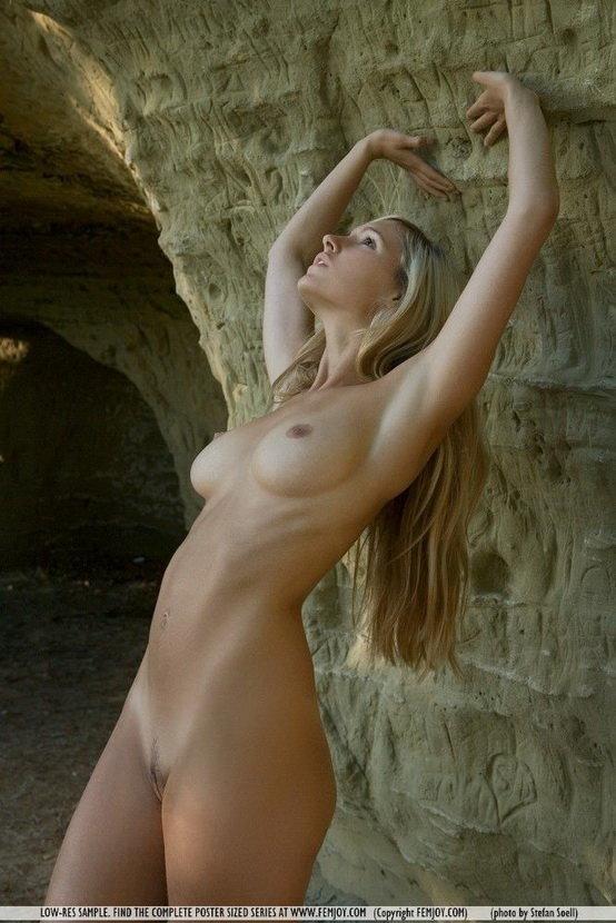 Эротические фотографии стройной блондинки на фоне скал
