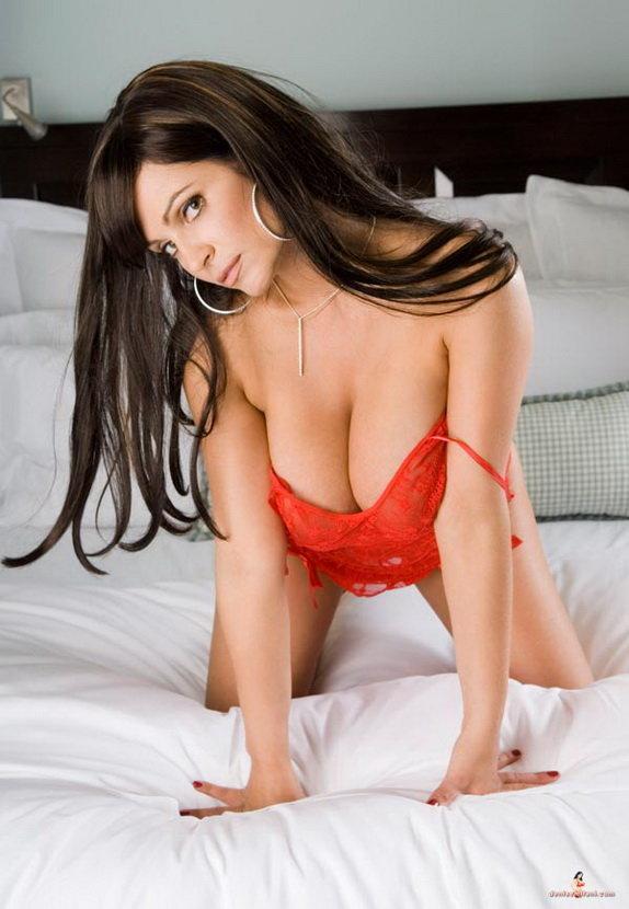 Эротические фотографии брюнетки в красном белье