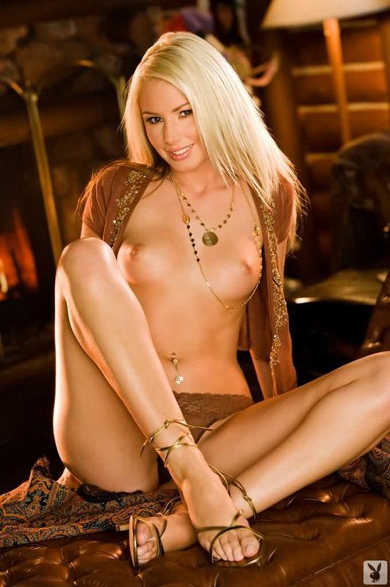 Эротические фотографии блондинки в каминной комнате