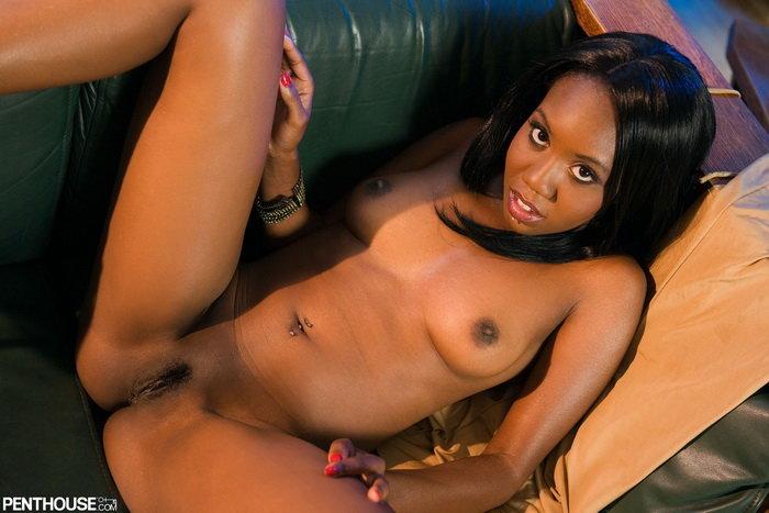 Эротические фотографии темнокожей девушки, позирующей на диване