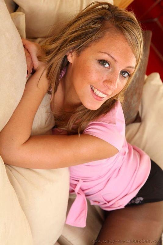 Фотки веснушчатой улыбчивой девушки в розовом платье