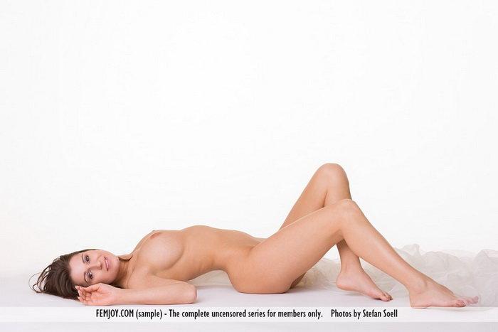 Эротическая галерея девушки на белом фоне