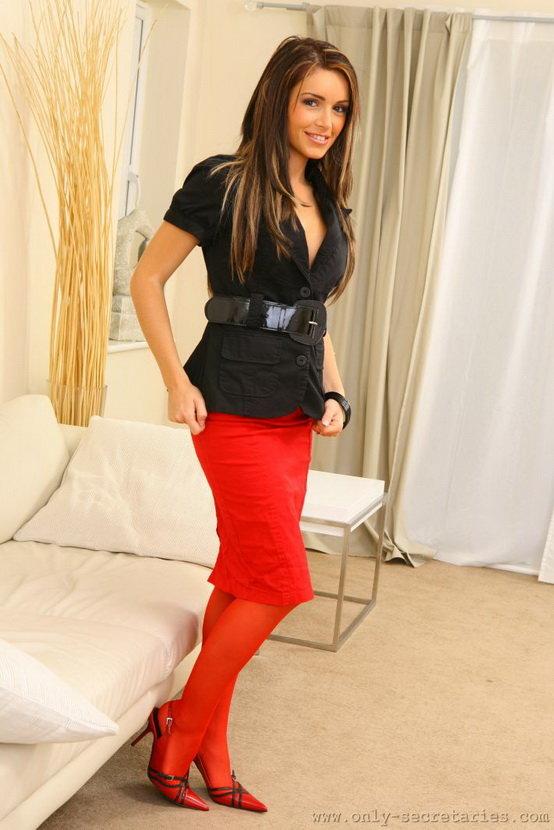 Девушка в красных колготках, юбке и туфельках