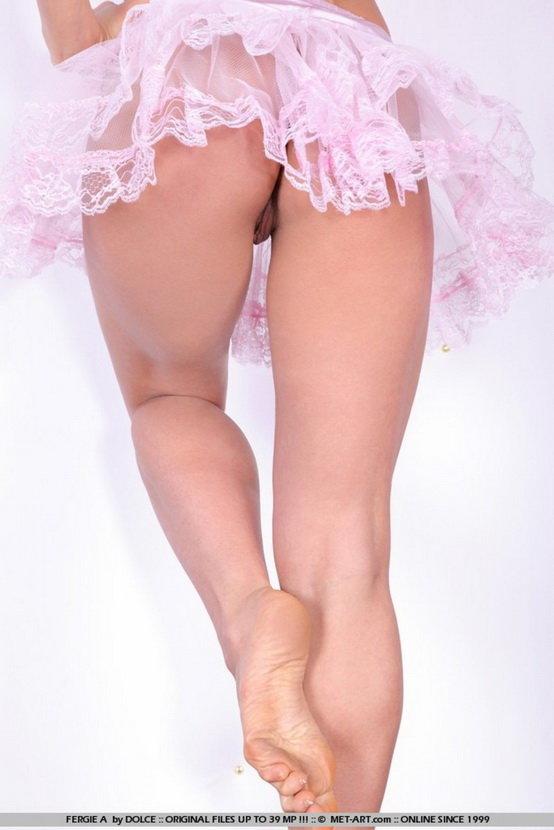 Девушка с необыкновенными глазами в роли эротической балерины