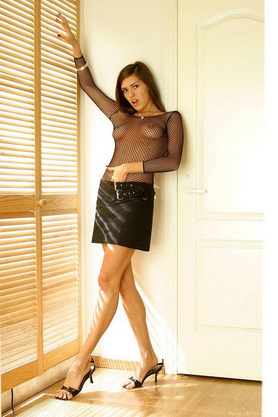 Эротическая фотография девушки в черной юбке и сеточке