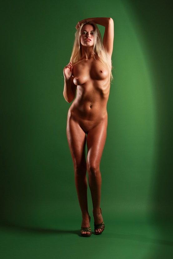 Эротические фотографии девушки на зеленом фоне