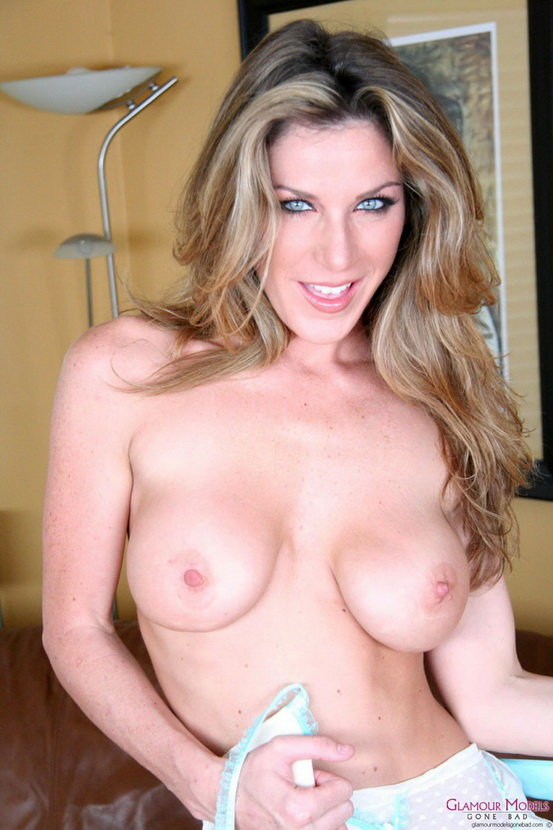 Эротические фото голубоглазой девушки с большой грудью