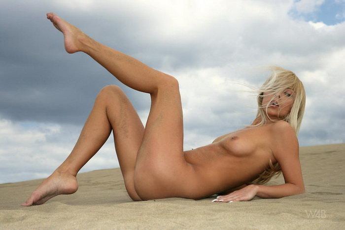 Фотографии девушки на песке