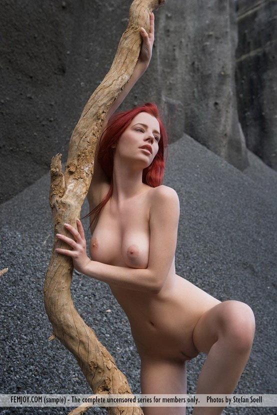 Эротические фотографии рыжеволосой девушки с необычным пейзажем