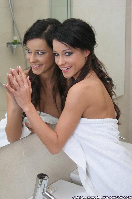 Симпатичная улыбчивая брюнетка в ванной комнате